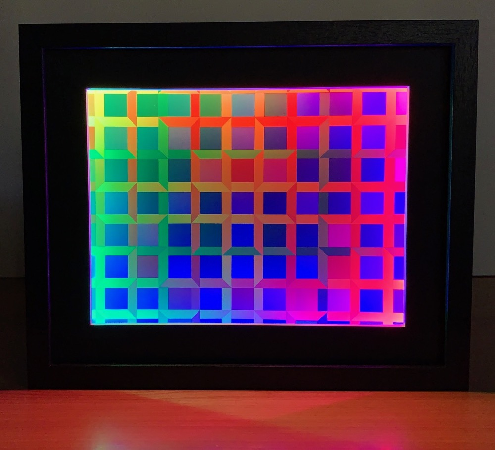 Closed Quadrilateral Lattice with Color-Shifting Frame